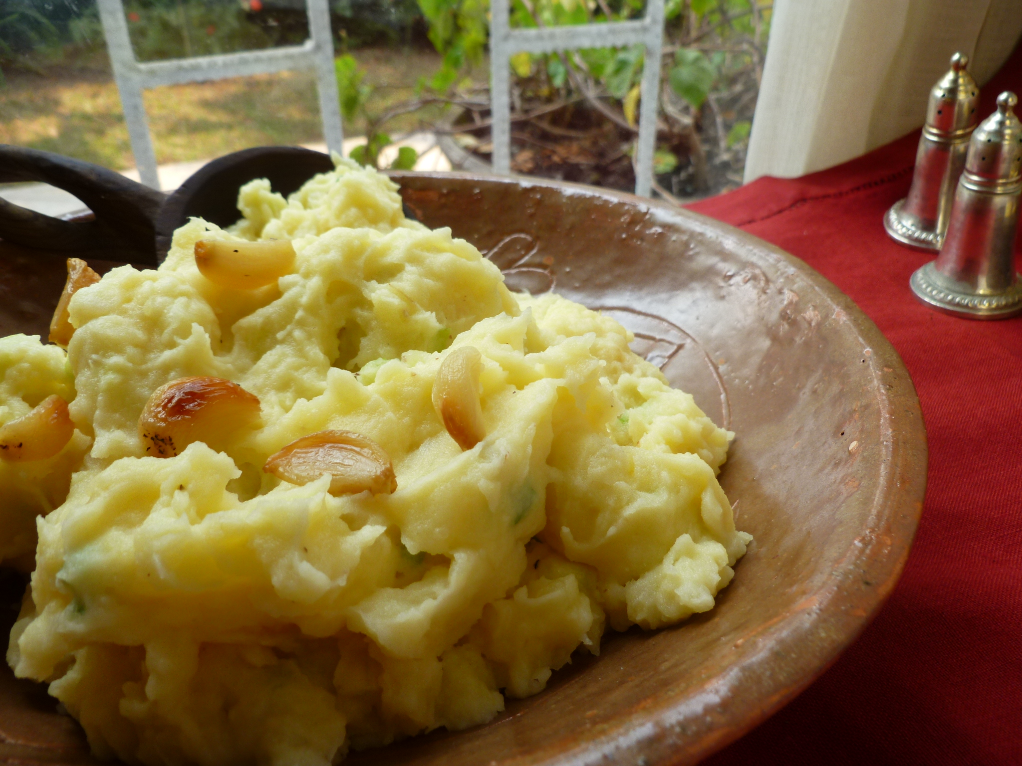 Roasted Garlic and Chive Mashed Potatoes | diplomatickitchen