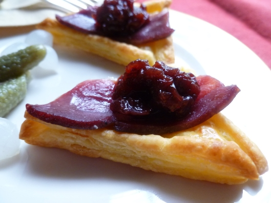 smoked duck and preiselbeeren on puffpastry triangels all 036