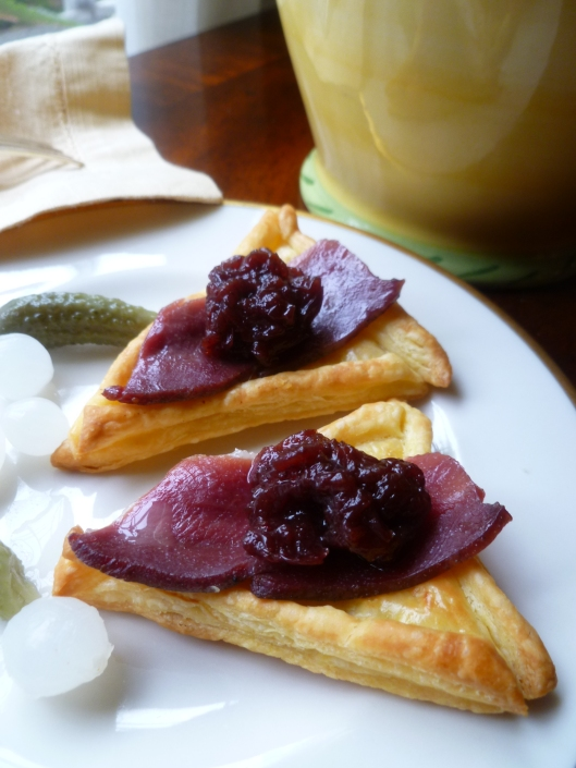 smoked duck and preiselbeeren on puffpastry triangels all 040