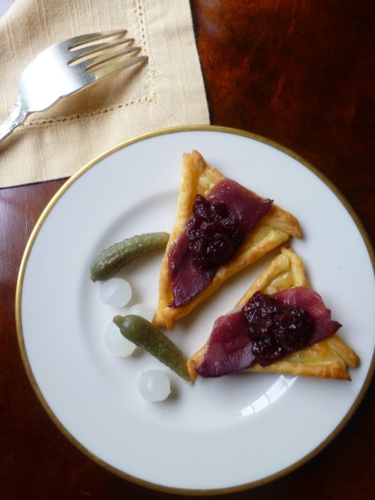 smoked duck and preiselbeeren on puffpastry triangels all 041